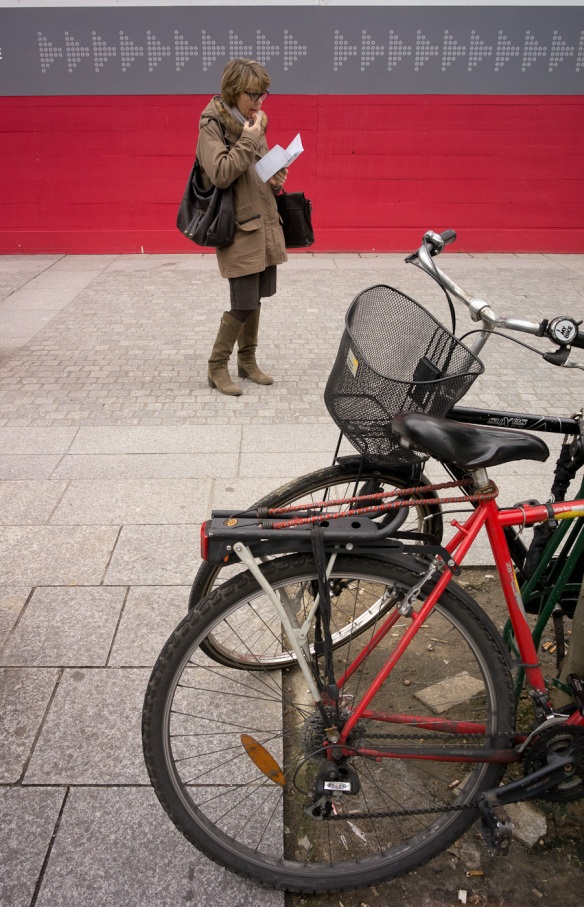 A lady and a bike in Paris. SonyNEX-5N and Zeiss ZM Distagon 18/4
