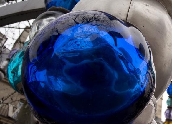 A blue ball on the Kioske des Noctambules,NEX-5N & Distagon 18/4