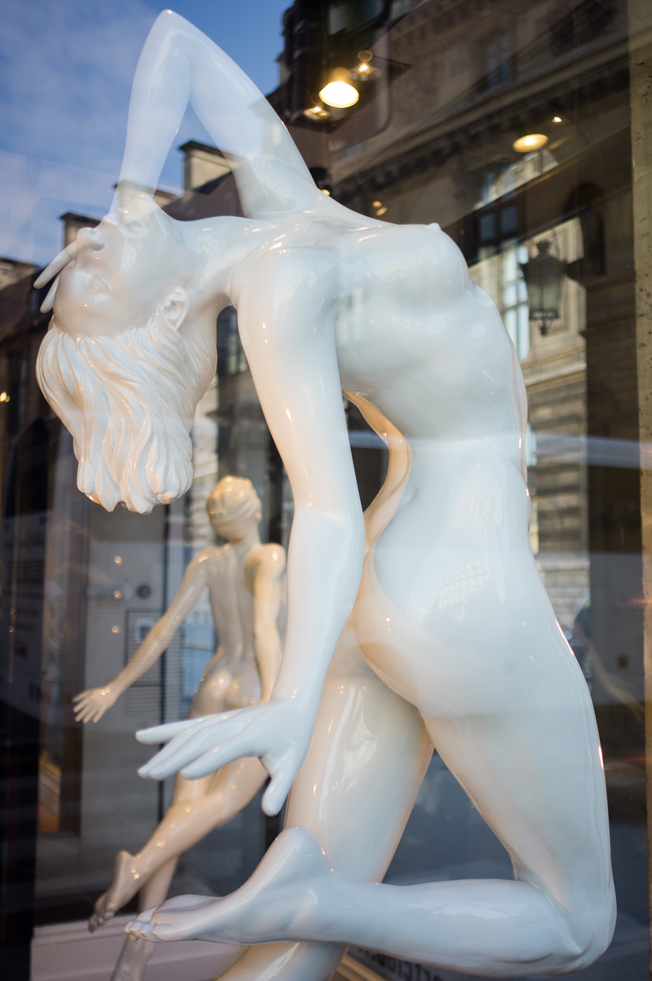 Two dancing alabaster naked women in an art gallery next to the Louvre museum. Sony NEX-5n and Zeiss Biogon ZM 25/2.8